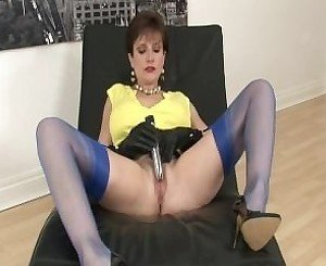LADY SONIA has a quick wank