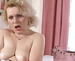 Mature woman fucks her pussy